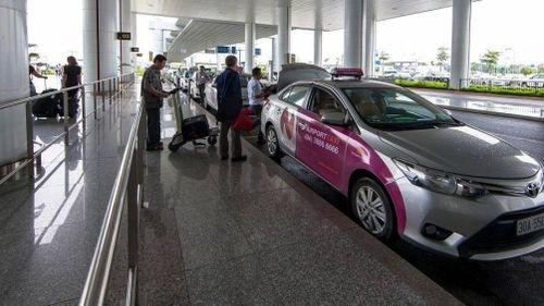 Xử lý cả trăm xe dù hoạt động tại sân bay quốc tế Nội Bài