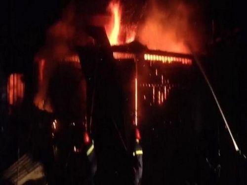 Một nhà gần chợ Buôn Hồ nổ rồi cháy lớn