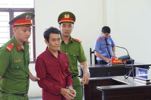 Lãnh án 2 năm tù vì 'nựng' bé gái 7 tuổi