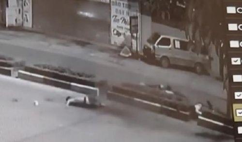 Clip ghi lại cảnh kinh hoàng xe máy 'cõng' 5 sinh viên đâm dải phân 4 người thiệt mạng