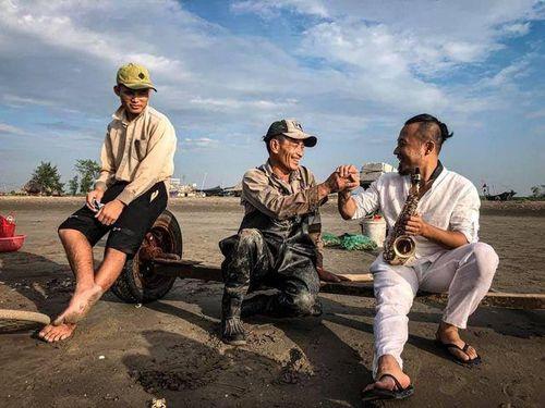 Nghệ sĩ Saxophone Lê Duy Mạnh ra mắt MV 'Hello Việt Nam'