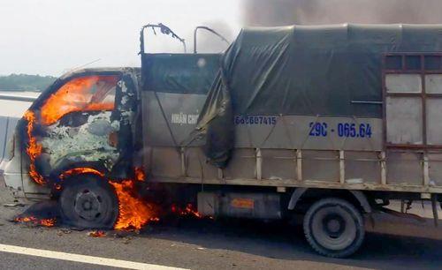 Xe tải bốc cháy khi đang chạy trên cao tốc Hải Phòng - Hạ Long