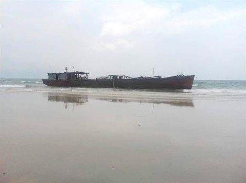 1 chiếc tàu 'không số' trôi dạt vào vùng biển Quy Nhơn