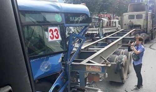 TP HCM: Xe bus đâm đuôi xe container, hàng chục hành khách trên xe hoảng loạn la hét