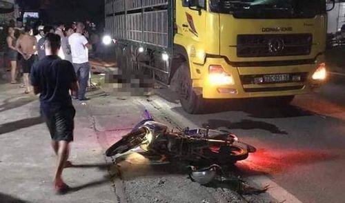 Tông vào xe tải đỗ bên đường, 2 người chết 1 người trọng thương