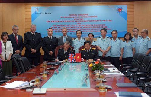 Hải quan ký Biên bản hợp tác với CQ bảo vệ Biên giới Vương quốc Anh