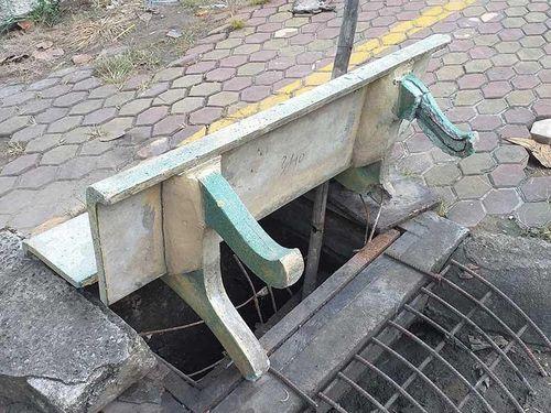 Ghế đá biến thành... nắp hố ga