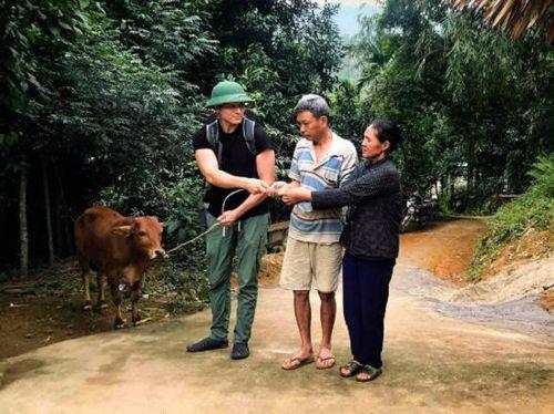 Chàng trai đi nửa vòng trái đất để tặng bò cho cậu bé mồ côi
