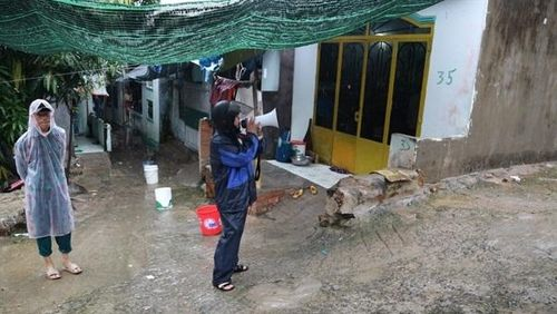 Hối hả di dời dân trước khi bão số 6 đổ bộ