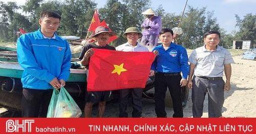 Trao tặng 100 lá cờ Tổ quốc cho ngư dân xã ven biển Nghi Xuân
