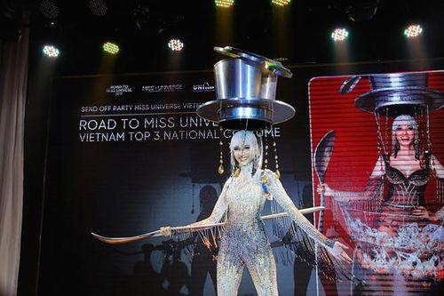 Giữa 'rừng' trang phục Miss Universe, cà phê phin sữa đá của Việt Nam mang bản sắc riêng