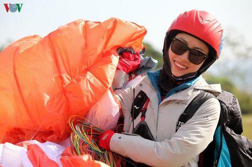 Độc đáo màn biểu diễn dù lượn chinh phục đỉnh Putaleng ở Lai Châu