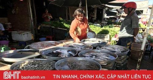 Tiểu thương gom hàng tết, thị trường hải sản Hà Tĩnh 'rục rịch' tăng giá