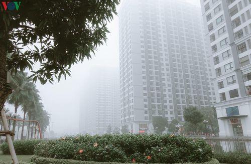 Nhà cao tầng ở Hà Nội 'mất hút' trong sương mù dày đặc