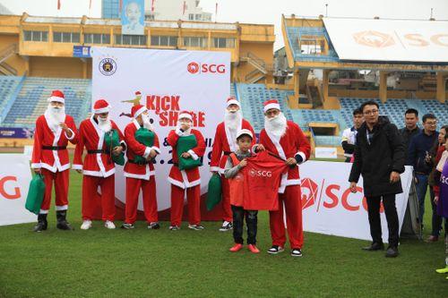 Dàn sao Hà Nội FC hóa thân thành ông già Noel, tặng quà 130 cầu thủ nhí