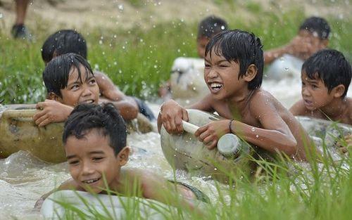 Lớp dạy bơi của thanh niên Gia Rai
