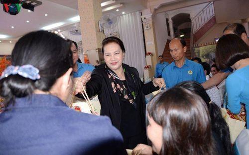 Chủ tịch Quốc hội thăm, chúc Tết công nhân, các lực lượng vũ trang Đắk Lắk