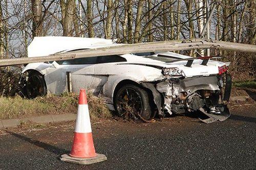 Thủ môn MU tông vào xe Lamborghini chở 3 người