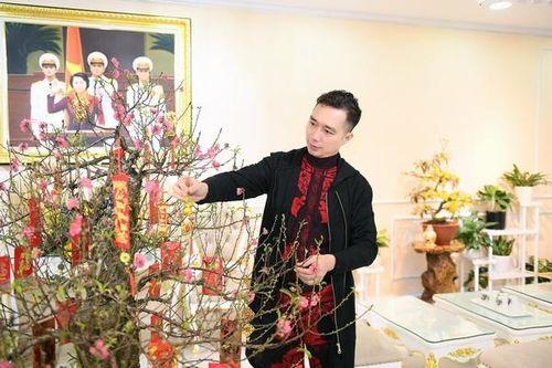 NTK Đỗ Trịnh Hoài Nam khép lại một năm đầy dấu ấn với áo dài Việt