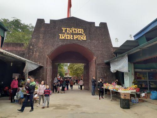 Điện Biên: Hàng chục nghìn du khách nườm nượp kéo về đền Hoàng Công Chất cầu bình an