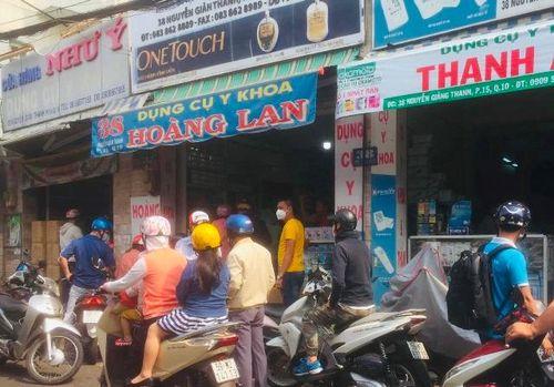 Khẩu trang y tế, nước sát khuẩn tại TP Hồ Chí Minh tăng giá từng giờ