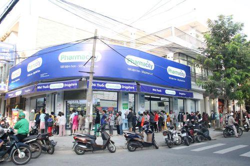 Người dân Đà Nẵng xếp hàng trật tự chờ mua khẩu trang phòng dịch