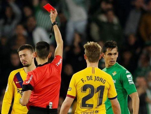 Barca bị tố được trọng tài bỏ qua 2 thẻ đỏ