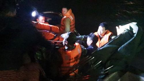 Xuyên đêm vượt biển cấp cứu thuyền viên bị nạn