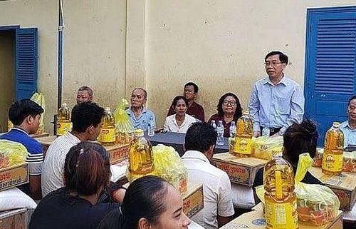 Tặng quà cho các hộ gia đình gốc Việt sau vụ hỏa hoạn tại Phnom Penh