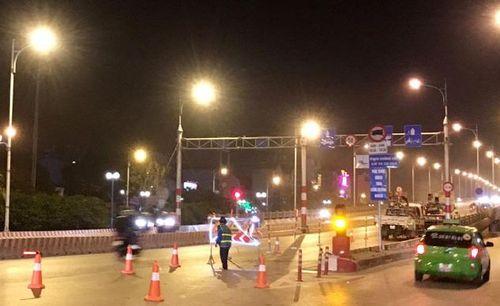 Công nhân xuyên đêm sửa khe co giãn trên cầu Vĩnh Tuy