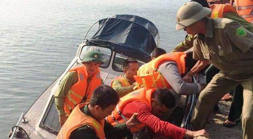 Ứng cứu 11 thuyền viên trên chiếc tàu vỡ mạn