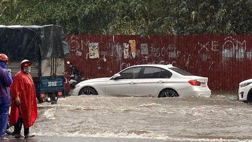 Sau trận mưa tối trời, nhiều tuyến đường Hà Nội 'thất thủ', ngập nặng