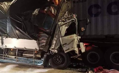 Va chạm giữa xe tải và container trên quốc lộ 1A, 2 cha con và 1 người chết thảm
