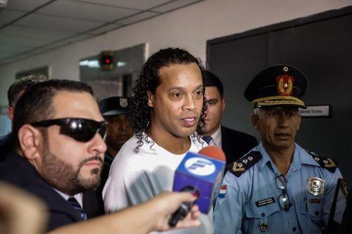 Ronaldinho đối mặt án tù ở Paraguay: Do xui xẻo hay bị gài bẫy?