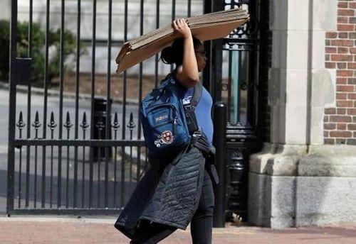 55 đại học Mỹ hủy lớp học trực tiếp, ĐH Harvard yêu cầu sinh viên dọn khỏi ký túc xá
