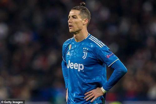 Siêu sao Ronaldo bị cách ly vì dịch COVID-19