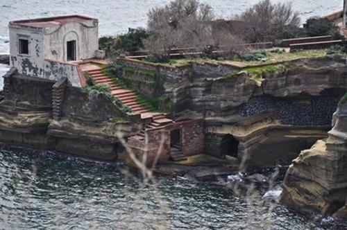 Bí ẩn về hòn đảo tuyệt đẹp bị nguyền rủa ngoài khơi nước Ý