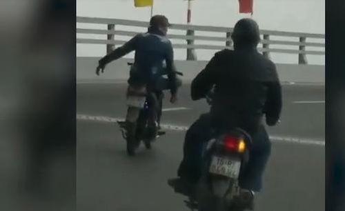 Xử lý nam thanh niên buông cả 2 tay khi điểu khiển xe trên đường
