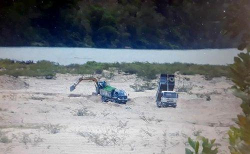 Quảng Ngãi: Chủ tịch huyện Sơn Hà chỉ đạo kiểm tra việc khai thác cát trên sông Rin