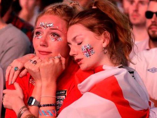 Ngày WAGs trở thành kẻ thù của bóng đá Anh