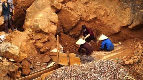 Mót quặng, người phụ nữ bị đá rơi trúng tử vong thương tâm