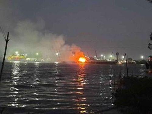 Cháy tàu dầu trên sông Đồng Nai, hai người chết, một người mất tích
