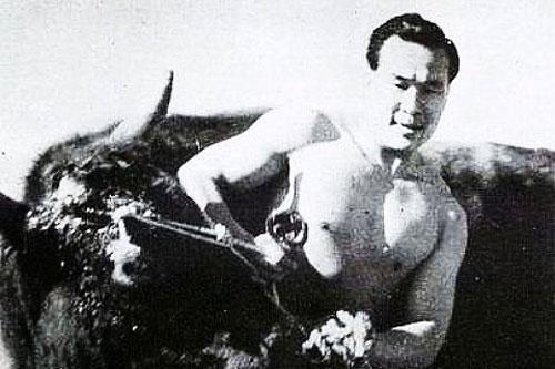 Oyama Masutatsu - Huyền thoại 'đấm 1 phát chết 1 con bò mộng'