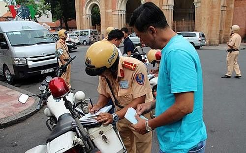 Trông người để ngẫm đến mình (Bài 2): Xử phạt giao thông, sao chỉ Việt Nam thu bằng lái?