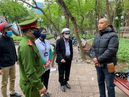 Hà Nội tiếp tục nhắc nhở, xử phạt nhiều trường hợp không đeo khẩu trang nơi công cộng
