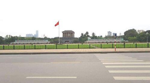 Ngày đầu thực hiện cách ly toàn xã hội - đường phố Hà Nội không vắng bóng người