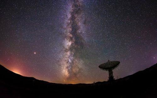 Phát hiện tín hiệu vũ trụ bí ẩn lặp lại định kỳ 16 ngày một lần