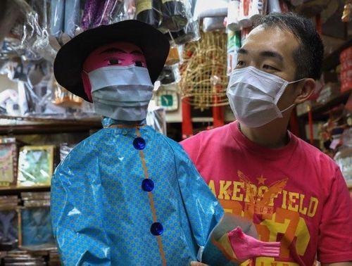 Người Hong Kong mua khẩu trang giấy cúng người chết vào Tết Thanh Minh