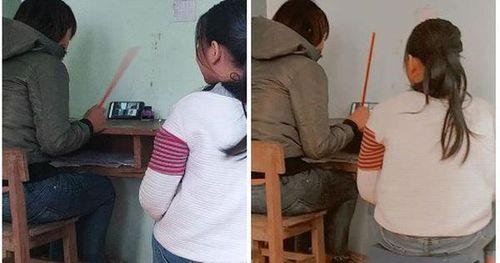 Họp phụ huynh online phải ngồi cạnh mẹ cầm sẵn roi, nữ sinh xui xẻo nhất năm đây rồi