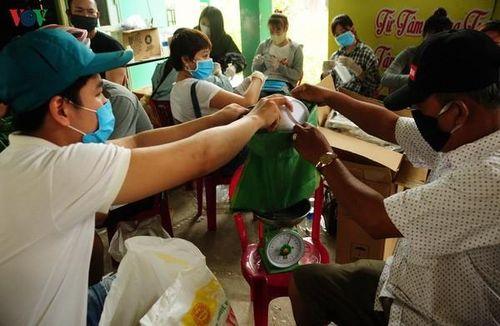 Đà Nẵng, Quảng Nam hỗ trợ gạo và tiền cho hàng nghìn người bán vé số dạo